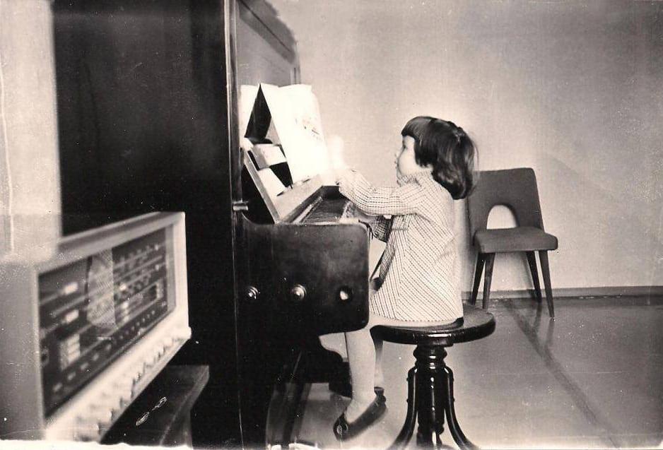 Nadia Nice playing piano at the age of 3